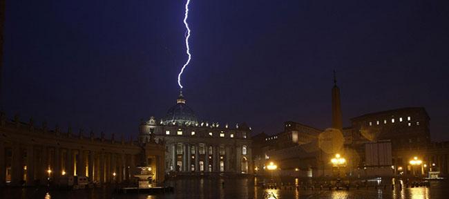 """L'éclair de foudre à <i>""""San Pietro di Vaticano II""""</i> pour la fête de Notre-Dame du Rosaire"""