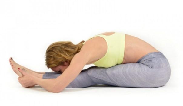 YOGA- flexion-hacia-delante-sentada-isquiotibiales-580f4b65a2c89