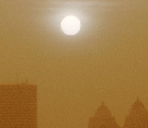 Kabut di atas Jakarta semakin memburuk dengan seringnya terjadi kebakaran hutan. Foto dari Edwin Maulana/flickr