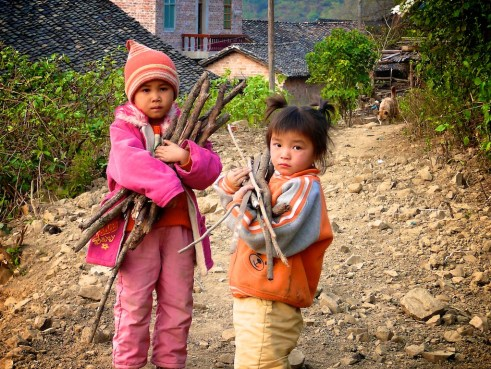 Village children collect firewood for cooking fuel. Tianlin County, Guangxi Zhuang Autonomous Region, China. Nick Hogarth/CIFOR