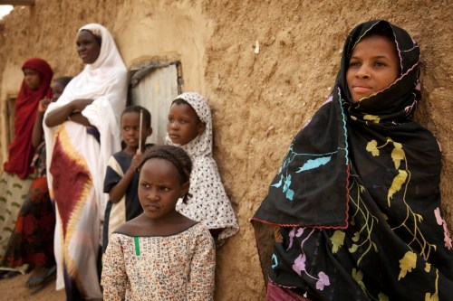 Malian girls stand in the shade in Kidal, North of Mali. Photo MINUSMA/Marco Dormino