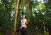 Habitante del bosque en Kalimantan Occidental, Indonesia. Los resultados preliminares de la investigación realizada en Indonesia muestran que los habitantes del bosque realizan una vigilancia eficaz del carbono almacenado en los bosques, pero deben obtener algo a cambio si se desea que esta labor continúe. Fotografía de CIFOR.
