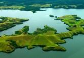 Paisaje del lago Sentani, Papua, Indonesia. Equilibrar diversos usos del suelo entre difrentes actores —un enfoque de paisajes— está ganando fuerza como una útil herramienta de gestión, a pesar de sus desafíos inherentes. Fotografía Mokhammad Edliadi / CIFOR.