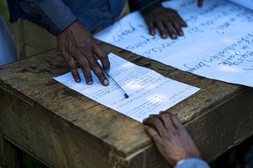 Población local participa en un taller forestal en la República Democrática del Congo. Como señala un estudio, se requieren muchos más de estos talleres en la región para aumentar el conocimiento de sus habitantes sobre los conceptos fundamentales del cambio climático. Fotografía de Ollivier Girard / CIFOR.