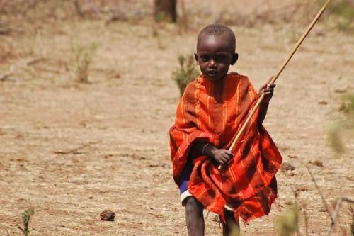 Niño masái en Kenia. Con mayor frecuencia, las rutas de pastoreo tradicionales de los pastores masái de África oriental son bloqueadas por inversionistas de tierras. Fotografía: Tim Cronin / CIFOR.