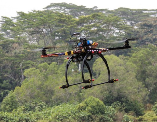 Dron volando en campo abierto. Foto: Michael MK Khor - Creative Commons.