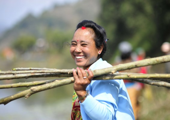A woman participating in reforestation efforts around Rupa Lake, Nepal.  Neil Palmer/IWMI