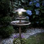 SOLÁRNÍ KRMÍTKO pro ptáky je i ve dne krásným zahradním solitérem.