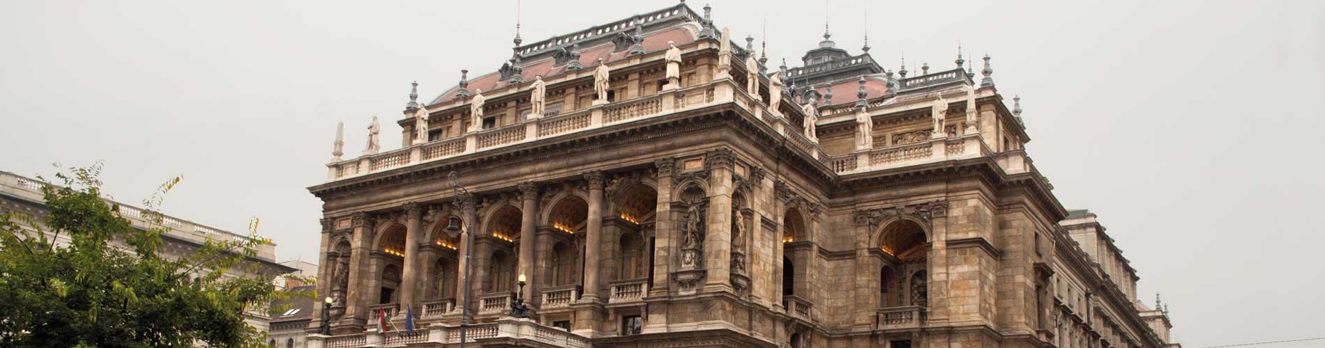 Blog_SoloTravel_VDay_Budapest_1900x500_Q120