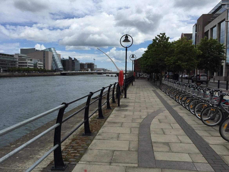 as margens do principal rio em Dublin