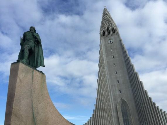 a estátuta de Leif Eriksson, diante da catedral Hallgrímskirkja, o primeiro europeu a navegar para as Américas, por volta dos anos 1000, 500 anos antes de Cristóvão Colombo