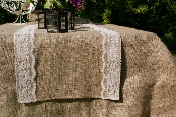 Jolies d corations de little white boutique happy chantilly - Chemin de table toile de jute dentelle ...