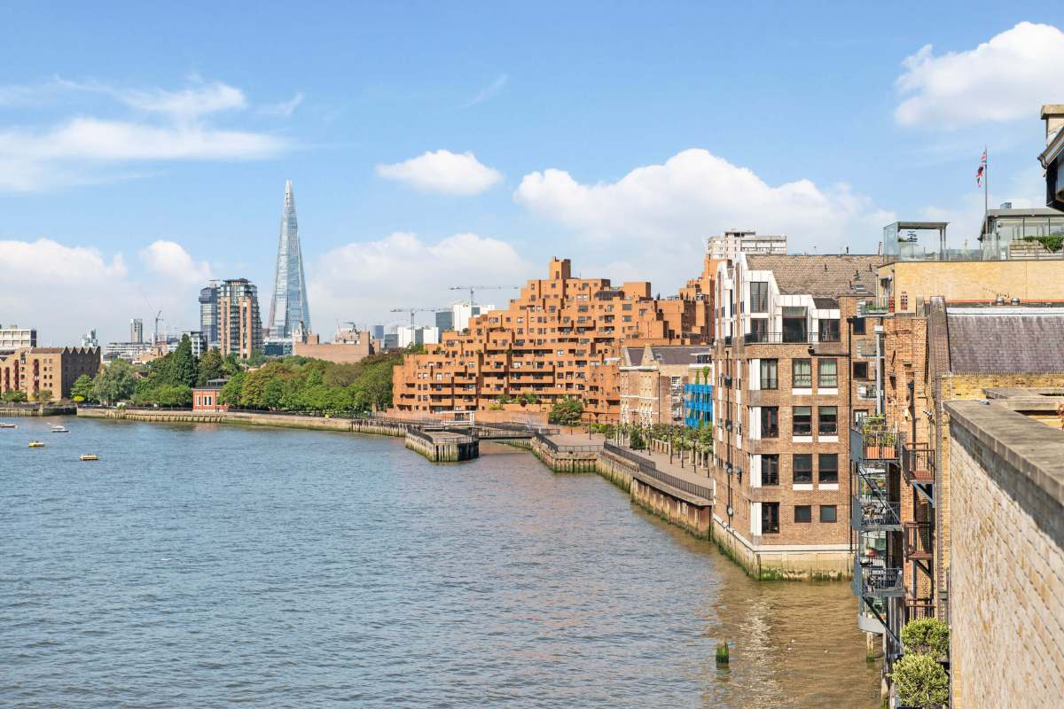 Spectacular Views 2 Bedroom Three Level Flat in Limehouse, Narrow Street