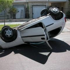 ¿Qué debes hacer si vuelcas en un accidente de coche?