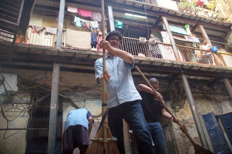 Prasoon Joshi with the broom at Clean Sweep. Left: A volunteer, Center: Prasoon. Right: Author. Picture credit: Sahil Salvi