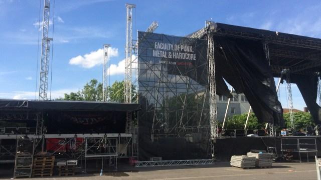 Einblicke beim Eventmanagement-Praktikum: Aufbau der riesigen Bühnen.