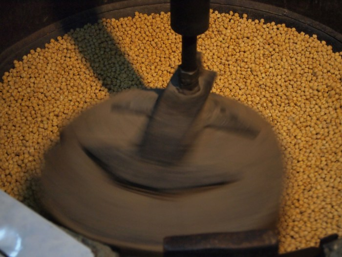 Roasting chickpeas - Image from https://www.flickr.com/photos/osmankeser/