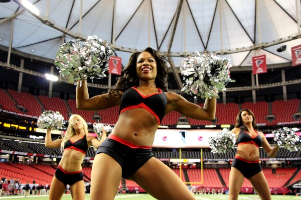 Altanta Falcons Cheerleader Denita and her team practicing before the game - 2