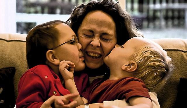 kids_kissing_parent