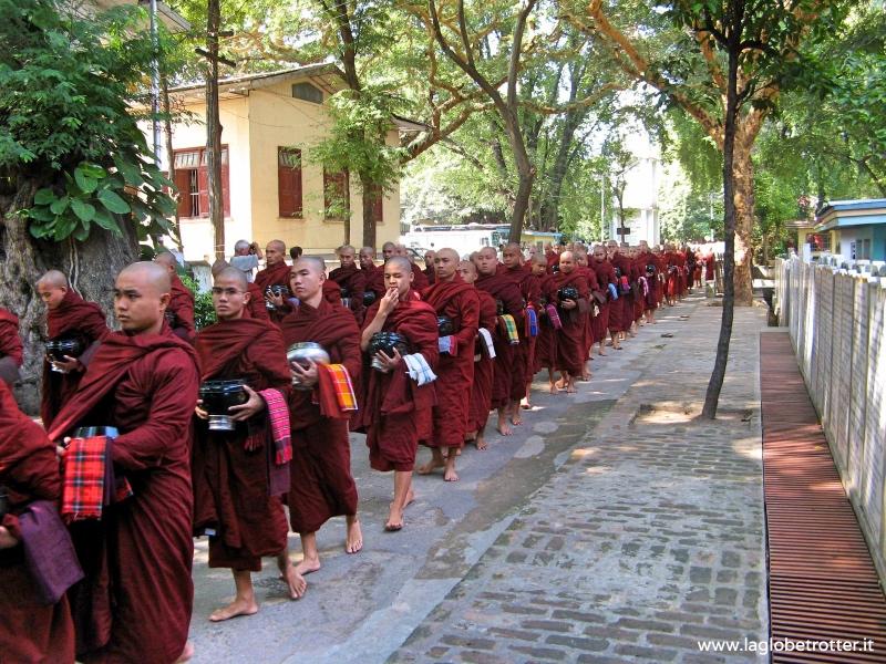 monaci buddhisti in birmania