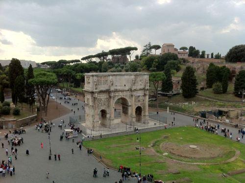 Arc de Constantin vu du Colisée (Rome en famille)