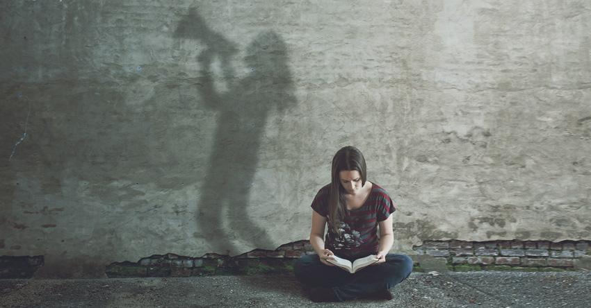 chica leyendo la Biblia