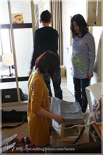 圍裙因為有點摺痕,奶油編輯體貼我大肚子,幫我燙起圍裙,還跪在地上呢。