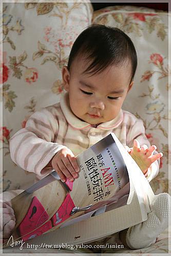 今早zou幫虎妹拍了跟書的合照,因為我在序中說要把書獻給我最愛的女兒呀。要看序可以到博客來。