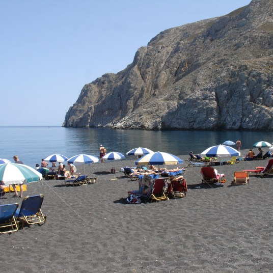 Black_beach_in_Kamari_Santorini