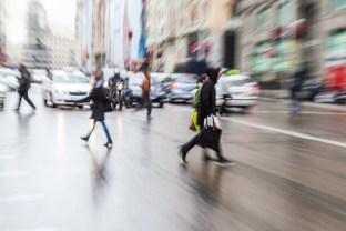 Bild mit Zoomeffekt von Menschen die eine Strae berqueren