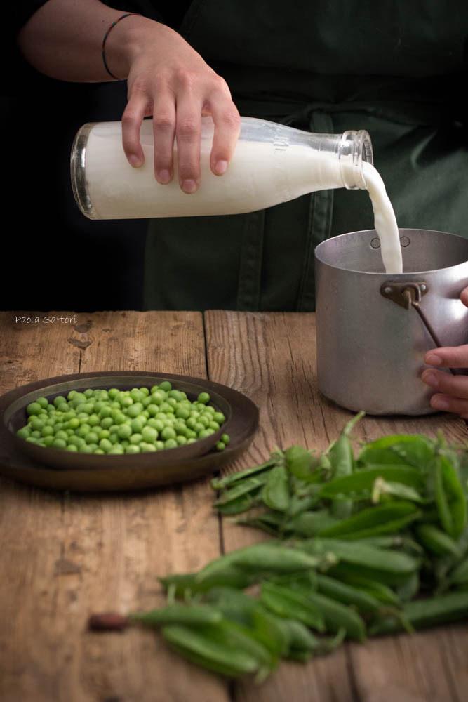 Versate latte e acqua in un pentolino