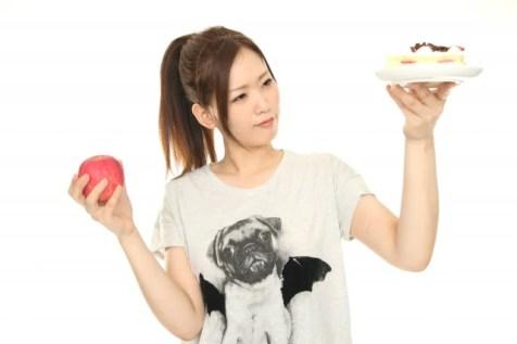 ケーキとリンゴを持つ女性