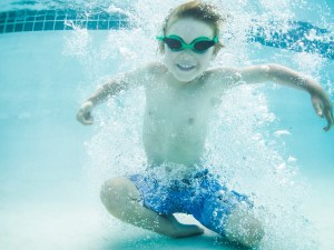 Kid-swimming-under-water