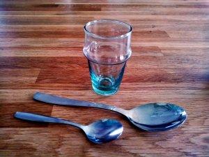Un verre à thé ou à moutarde, une cuillère à soupe, une cuillère à café. Emballez, c'est pesé !