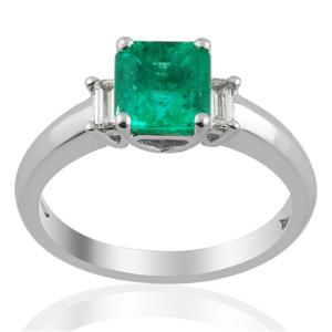 Elegant and luxurious Boyaca Columbian emerald and diamond ring