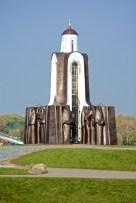Мы остановились в замечательном постеле в Троицком предместье - это самый центр Минска, в двух шагах - Немига, до реки Свислочь рукой подать, а там - Остров Слез вот с таким монументом воинам-интернационалистам, павшим в боях в дальних странах.
