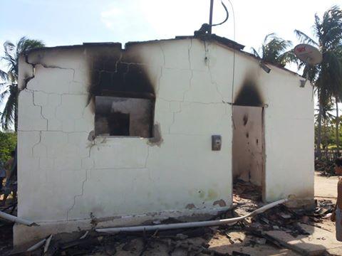 Incêndio destruiu tudo dentro de casa (Fotos: PC Ivanilton -facebook)