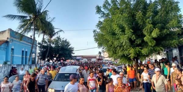 Multidão acompanha cortejo fúnebre do vigilante Kelino (Fotos: Fernando Guilherme)
