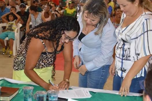 Momento da assinatura para recebimento da casa