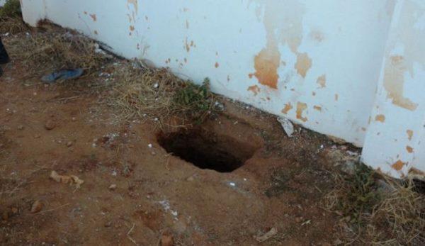 Buraco por onde os presos escaparam(Foto: Jair Sampaio)