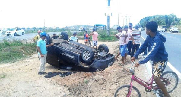 Um dos veículos envolvidos na colisão capotou (Foto: Lucivaldo Fernandes - Via Certa)