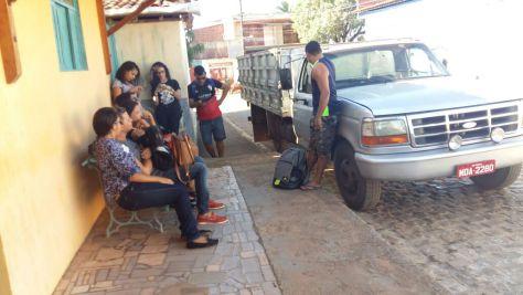 Alguns universitários esperando ônibus.