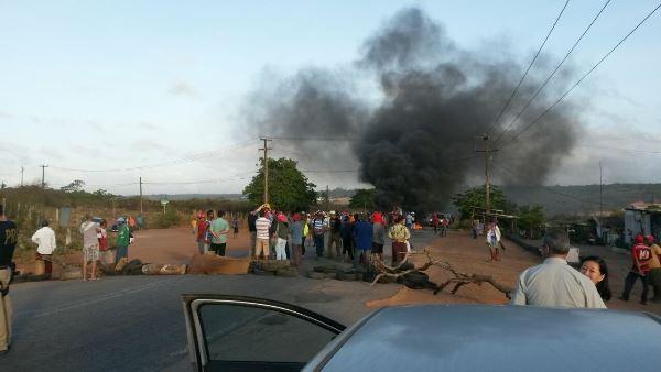 Resultado de imagem para Protestos bloqueiam 2 pontos na BR406 e trevo na BR101 norte