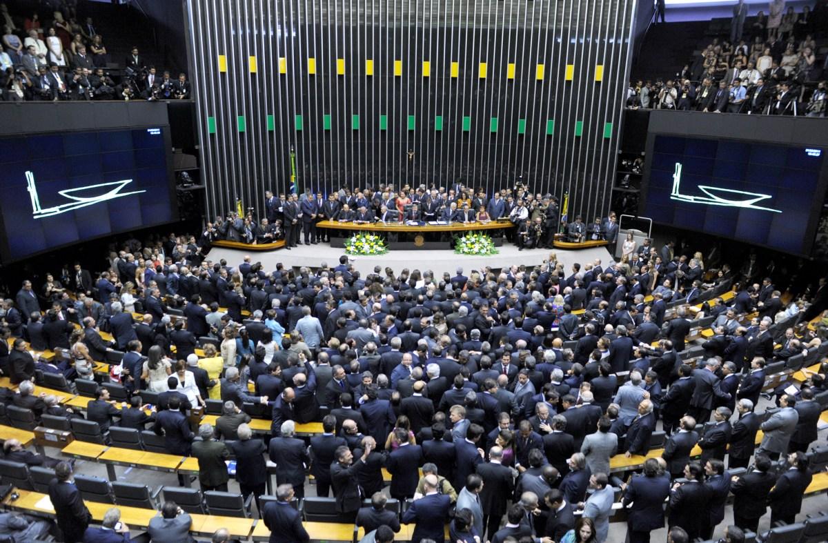 """Deputados justificam voto pela terceirização: """"Vai destravar a economia do país"""""""