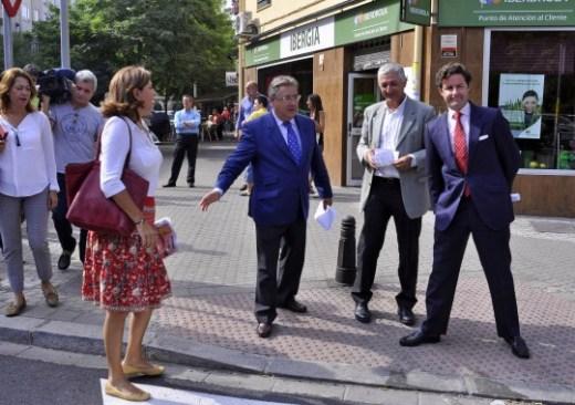El alcalde de Sevilla, Juan Ignacio Zoido, visita la calle Amador de los Ríos junto al concejal delegado de Urbanismo, Maximiliano Vílchez, y la concejal delegada del Distrito Nervión, Pía Halcón. En la calle Amador de los Ríos, esquina Alonso de Or
