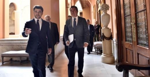 El alcalde de Sevilla, Juan Espadas, y el portavoz del grupo municipal del PP, Beltrán Pérez, firman el acuerdo de Presupuestos para 2018