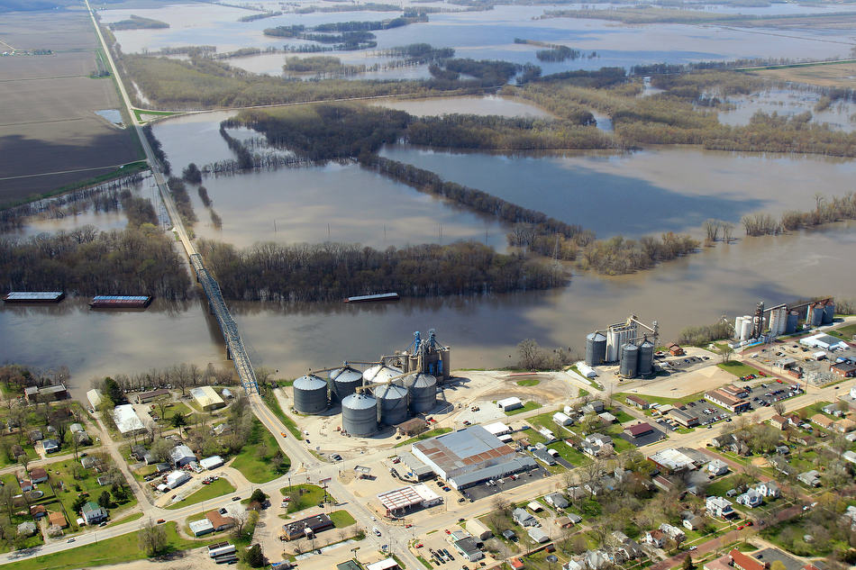 Chris Young/The State Journal-Register Floodwaters from the Illinois and Spoon Rivers spread out northwest of Havana.