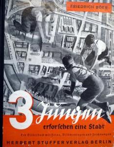 Friedrich Boer. 3 Jüngen erforschen eine Stadt: Ein Bilderbuch mit Foto, Bildmontagen und Zeichnungen. Berlin: Herbert Stuffer Verlag, 1933.