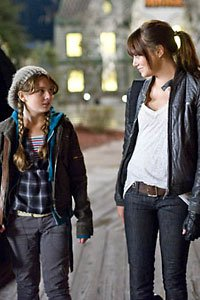 Little Rock and Wichita (Abigail Breslin and Emma Stone) take a moment in Zombieland.