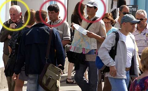 street crime in St. Petersburg, Russia. Oblivious victim (yellow) and the pickpocket pair (red), with map-prop open, ready to make their hit.